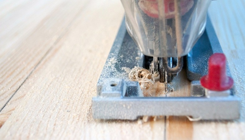 jigsaw cutting wood