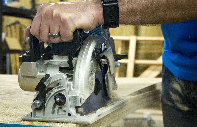 man uses worm drive saw