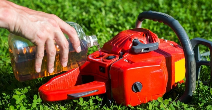 How to Oil a Chainsaw